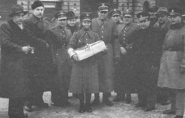ROK 1946 FOTO.1 UPOMINKI GWIAZDKOWE DLA MILICJANTÓW