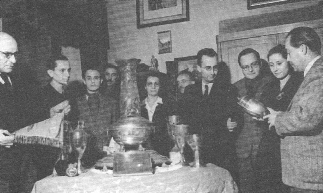 ROK 1948 FOTO.8 PRZEKAZANIE PAMIĄTEK KLUBOWYCH