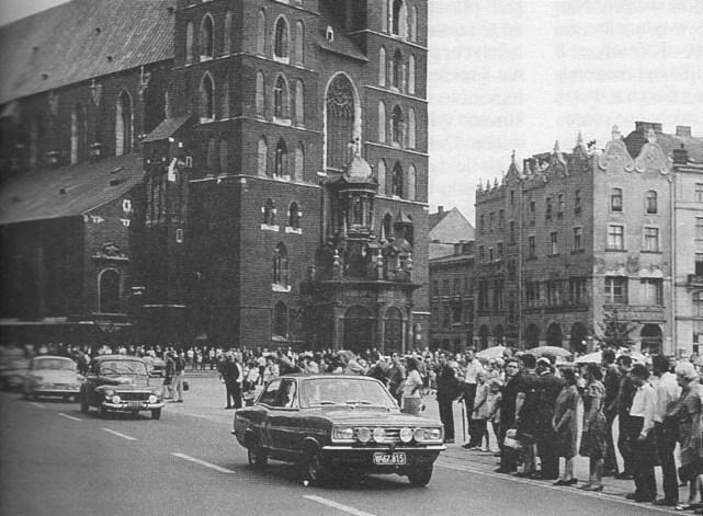 ROK 1966 FOTO.13 RAJD POLSKI - DEFILADA W RYNKU GŁÓWNYM
