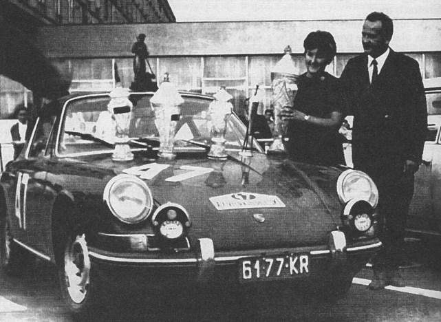 ROK 1967 FOTO.15 ZWYCIĘZCY RAJDU POLSKI EWA I SOBIESŁAW ZASADOWIE